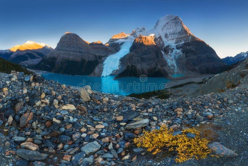 Paisagem panorâmico distante do lago berg e da montanha nevado Robson Top em montanhas de Jasper National Park Canadian Rocky imagens de stock royalty free