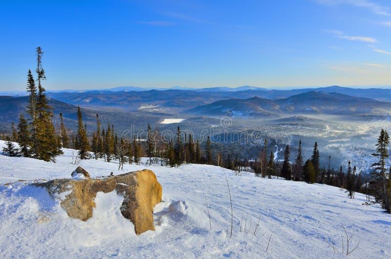 Paisagem panorâmico do inverno nas montanhas de Sibéria ocidental, foto de stock royalty free