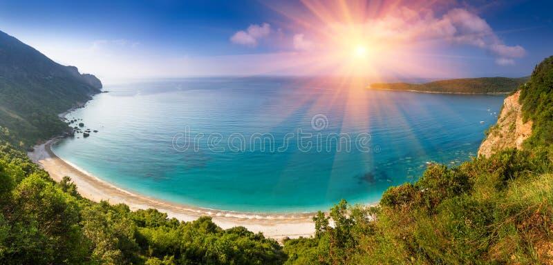 Paisagem panorâmico do mar e de Jaz Beach rochosos do litoral na luz do sol Budva, Montenegro imagem de stock royalty free