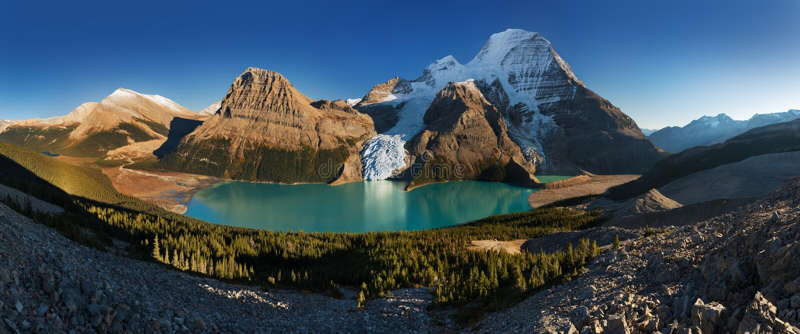 Paisagem panor?mico distante do lago berg e da montanha nevado Robson Top em montanhas de Jasper National Park Canadian Rocky fotos de stock royalty free