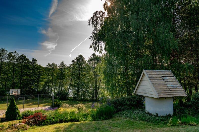 Paisagem perto do lago em um dia claro com céus azuis imagens de stock