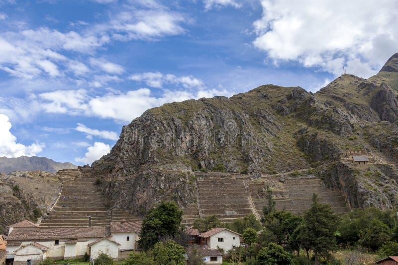 Paisagem peruana da montanha com ruínas de Ollantaytambo no vale sagrado dos Incas em Cusco, Peru fotografia de stock royalty free