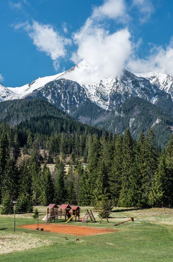 Paisagem pitoresca com campo de jogos vazio e o Tatras alto imagens de stock