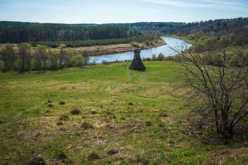 Paisagem pitoresca com o rio na região de Kaluga, Rússia imagem de stock