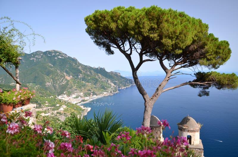 Paisagem pitoresca da costa famosa de Amalfi, vista da casa de campo Rufolo em Ravello, Itália fotografia de stock