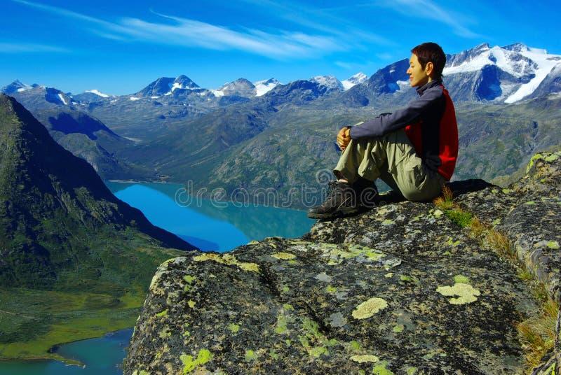 Paisagem pitoresca da montanha de Noruega com turista imagens de stock royalty free