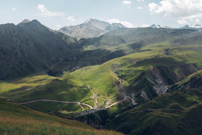 Paisagem pitoresca da montanha Montes verdes e cordilheira no dia de verão Região de Elbrus, Cáucaso do norte, Rússia fotos de stock royalty free