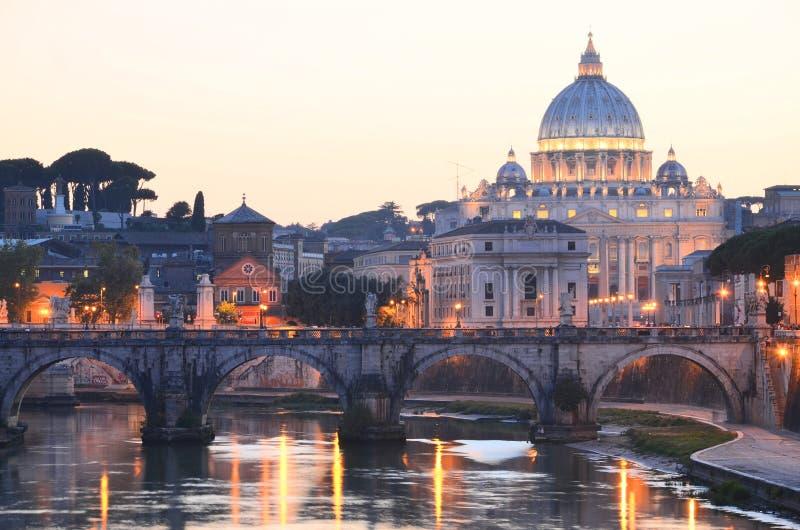 Paisagem pitoresca de St Peters Basilica sobre Tibre em Roma, Itália imagens de stock royalty free