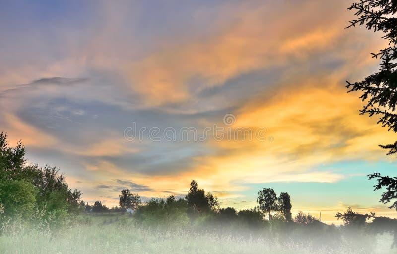 Paisagem pitoresca do nascer do sol do verão com névoa da manhã imagens de stock