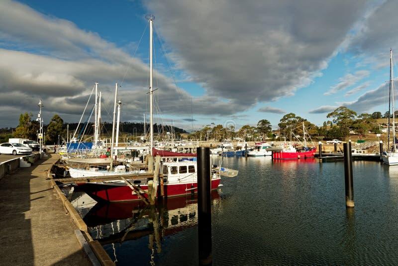 Paisagem portuária com a balsa a Maria Island em Tasmânia, reserva nacional em Austrália, cenário bonito de Triabunna do por do s imagem de stock