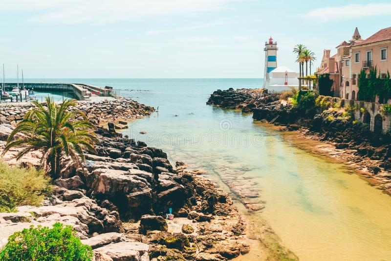 Paisagem portuguesa velha da construção e do farol perto do oceano foto de stock royalty free