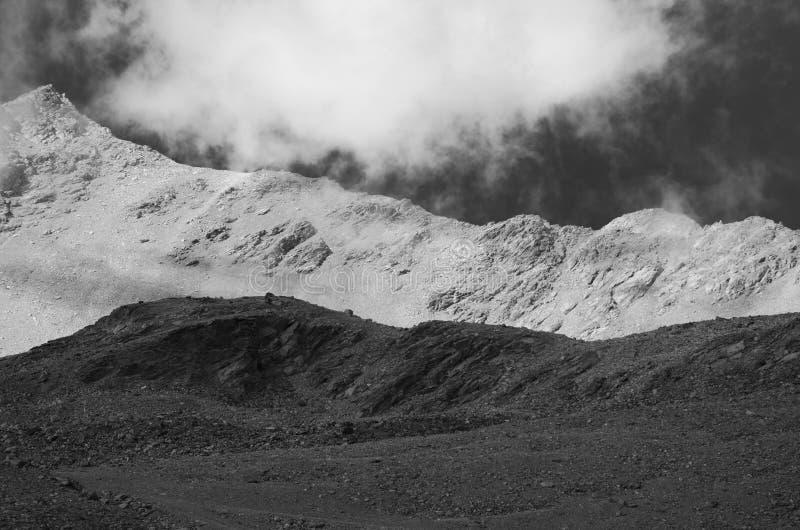 Paisagem preto e branco com montanhas e nuvem fotos de stock royalty free