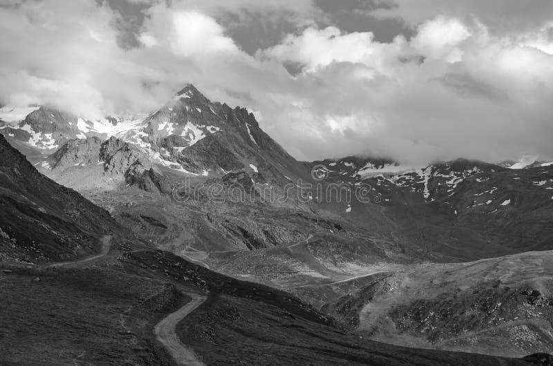Paisagem preto e branco com montanhas e nuvens fotografia de stock