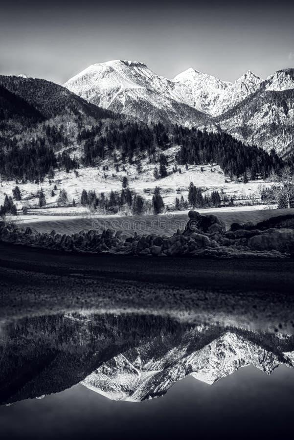 Paisagem preto e branco do inverno com montanha coberto de neve foto de stock