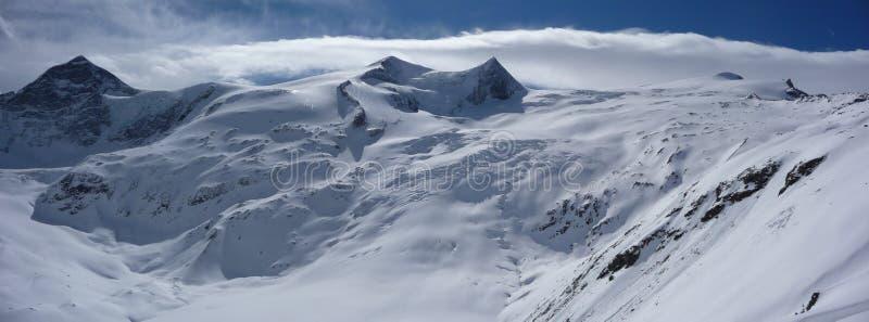 Paisagem profunda pitoresca da montanha do inverno nos cumes austríacos com uma vista de picos de montanha e de geleiras selvagen foto de stock