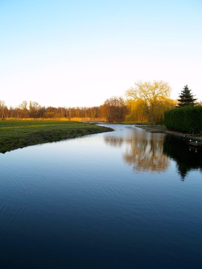 Paisagem que reflete na água fotos de stock