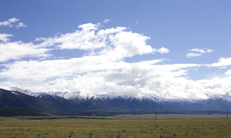 Paisagem Rússia Altai Na montanha do fundo Uma paisagem bonita do outono, uma vista do lago da montanha fotos de stock royalty free