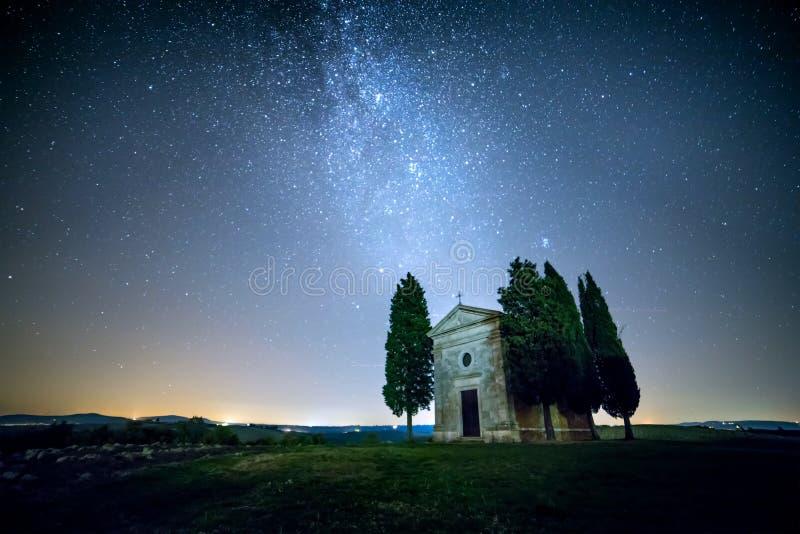 Paisagem real da noite com Via Látea e estrelas fotos de stock royalty free