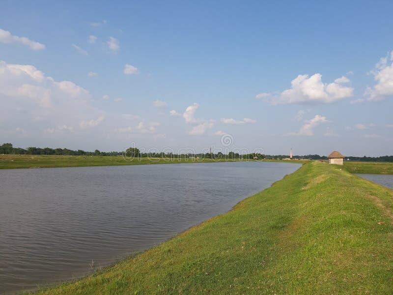 Paisagem ribeirinha nuvem de primavera piscicultura de verão bihar purnea índia imagens de stock