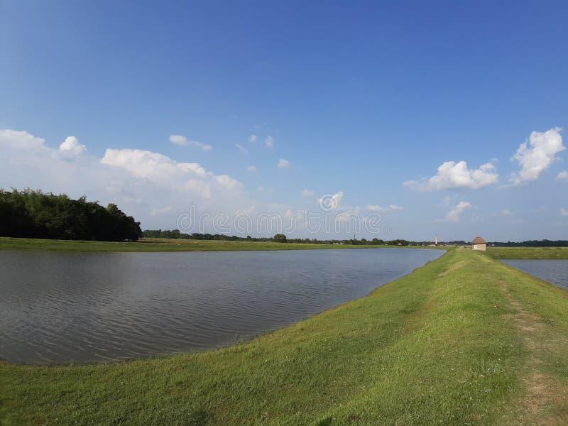 Paisagem ribeirinha nuvem de primavera piscicultura de verão bihar purnea índia imagem de stock