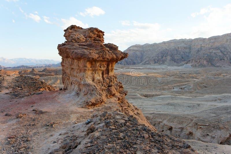 Paisagem rochosa do deserto no por do sol imagens de stock