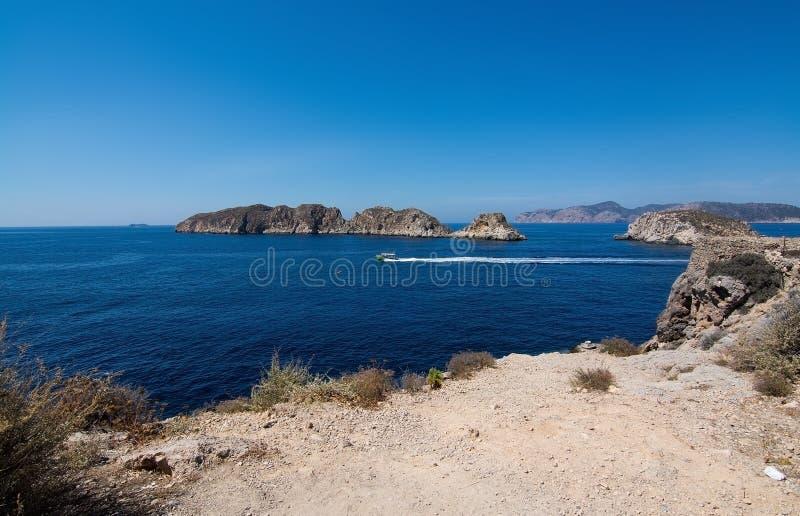 Paisagem rochosa, oceano mediterrâneo e ilhotas de Malgrats foto de stock