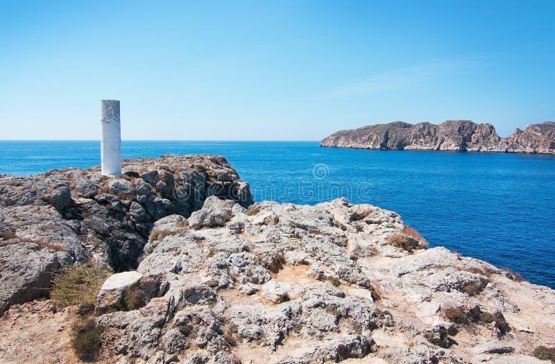 Paisagem rochosa, oceano mediterrâneo e ilhotas de Malgrats fotografia de stock