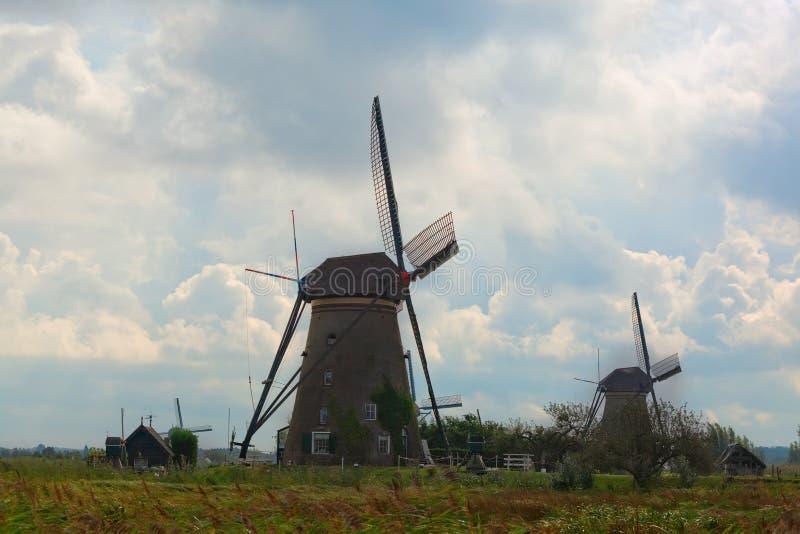 Paisagem rural bonita com moinhos de vento fotografia de stock royalty free