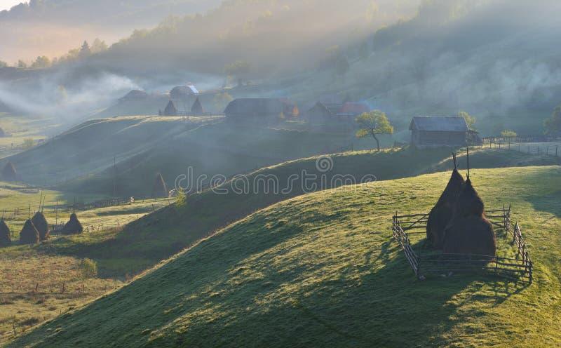 Paisagem rural Carpathian com um monte de feno imagens de stock royalty free