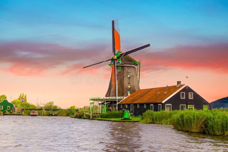 Paisagem rural com o moinho de vento em Zaanse Schans Landscap bonito de Netherland do por do sol foto de stock royalty free