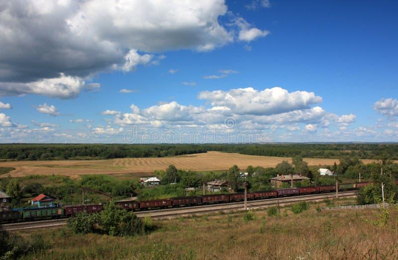 Paisagem rural com um trem de estrada de ferro. Rússia foto de stock royalty free