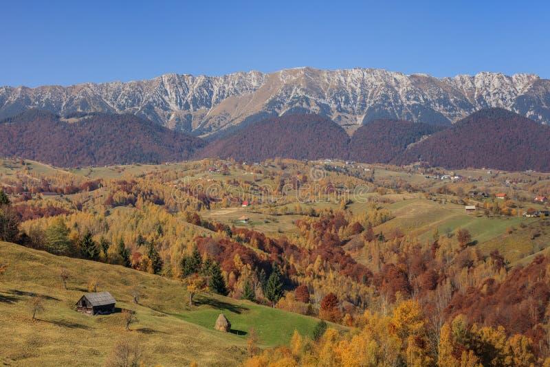 Paisagem rural com a vila romena no outono fotografia de stock