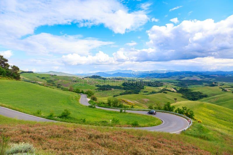 A paisagem rural da estrada de Toscânia e Rolling Hills verdes aproximam o Vol imagem de stock royalty free