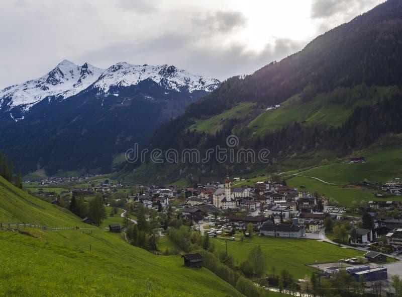 Paisagem rural da montanha id?lico da mola Vista sobre o vale de Stubaital ou de Stubai perto de Innsbruck, Áustria com vila imagem de stock