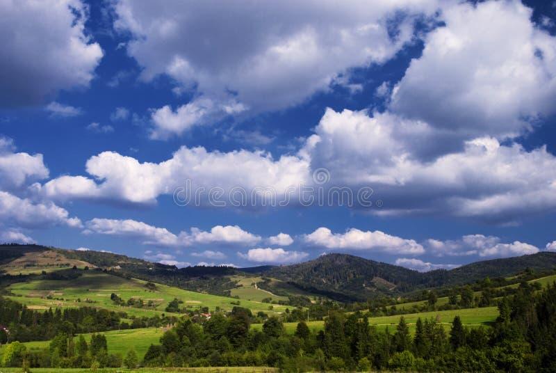 Download Paisagem Rural Das Montanhas Foto de Stock - Imagem de azul, feno: 12811052