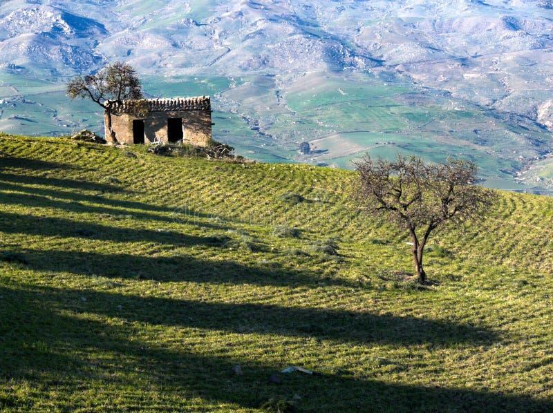 Paisagem rural de um campo com um alojamento de pedra velho imagem de stock royalty free