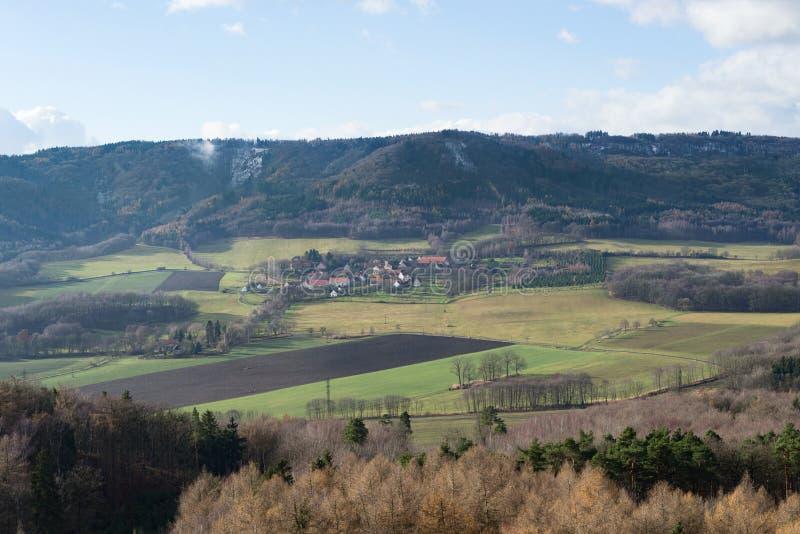 Paisagem rural do campo e vila pequena, inverno da queda de Sudetenland da república checa foto de stock