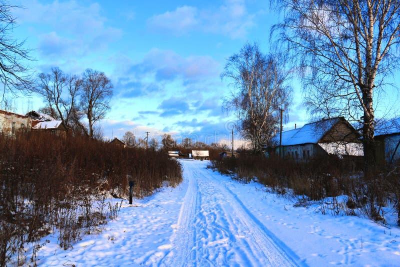 Paisagem rural do inverno no por do sol fotos de stock