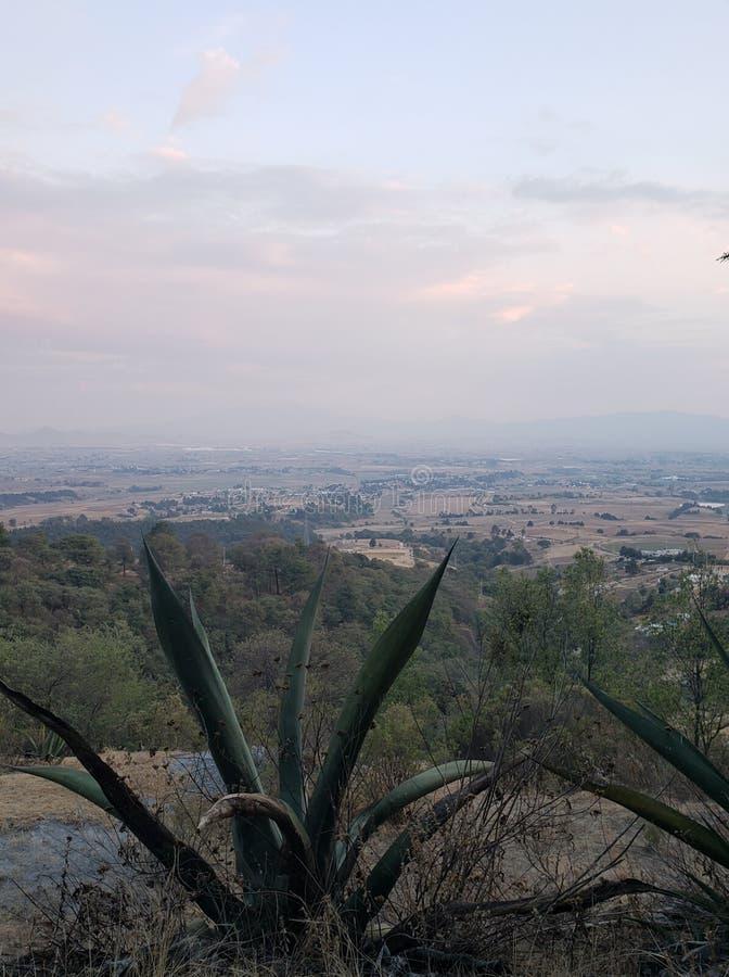 paisagem rural em Ixtlahuaca, México em um dia nebuloso foto de stock