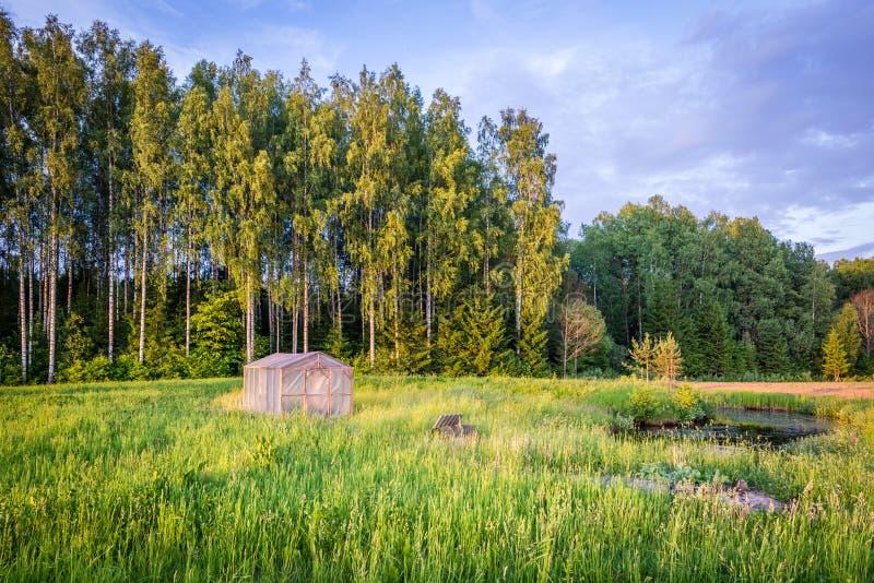 Paisagem rural letão com estufa foto de stock