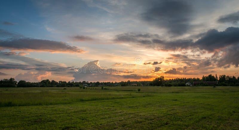 Paisagem rural letão no por do sol foto de stock