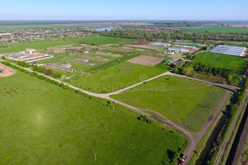 Paisagem rural Vista de acima No horizonte há uma exploração avícola, um campo, correias da floresta imagem de stock royalty free