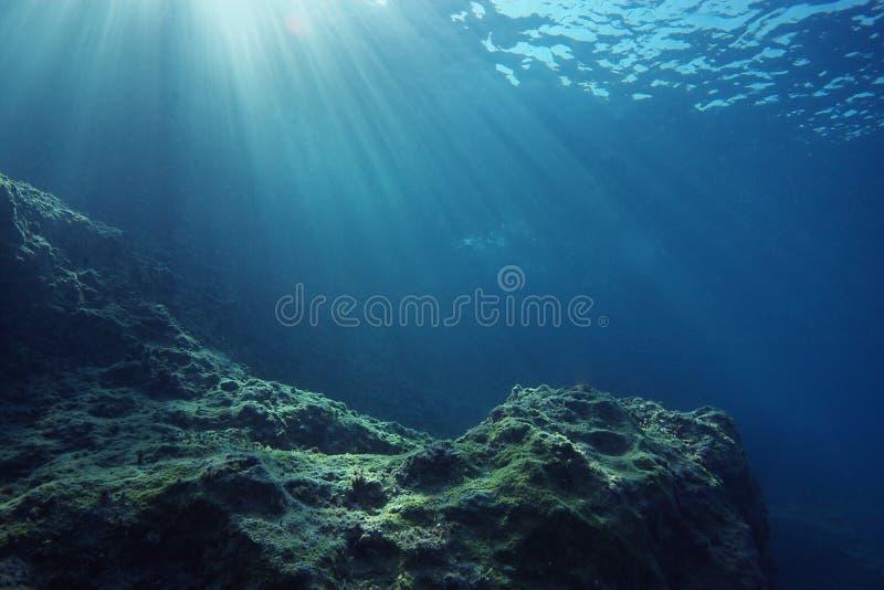 Paisagem subaquática com sunrays imagem de stock