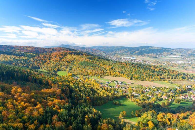 Paisagem surpreendente com os montes coloridos durante o outono em Sudety, Polônia fotos de stock