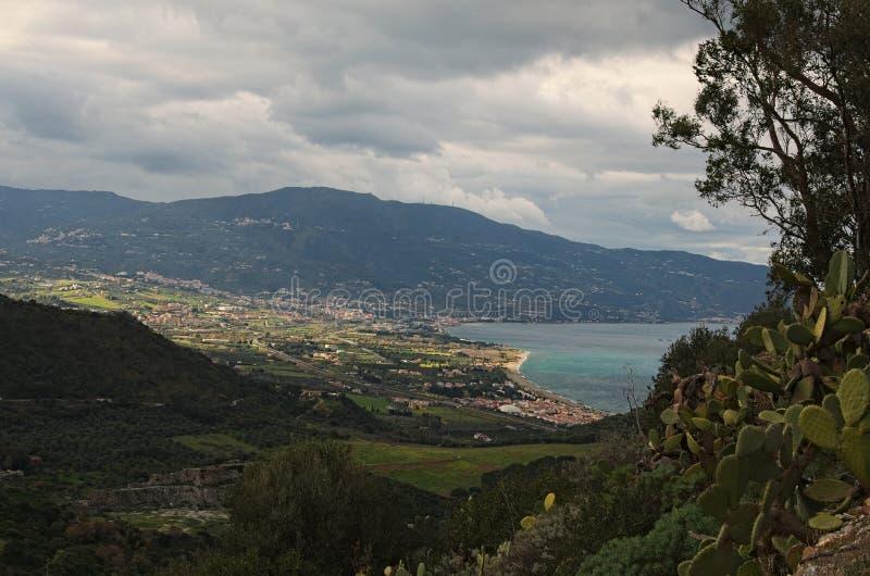 Paisagem surpreendente da montanha dia nebuloso Vista da área sightseeing perto do santuário de Madonna di Tindari Tindari sicíli fotografia de stock