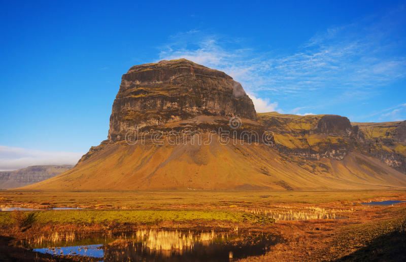 Paisagem surpreendente da montanha em Islândia imagens de stock royalty free