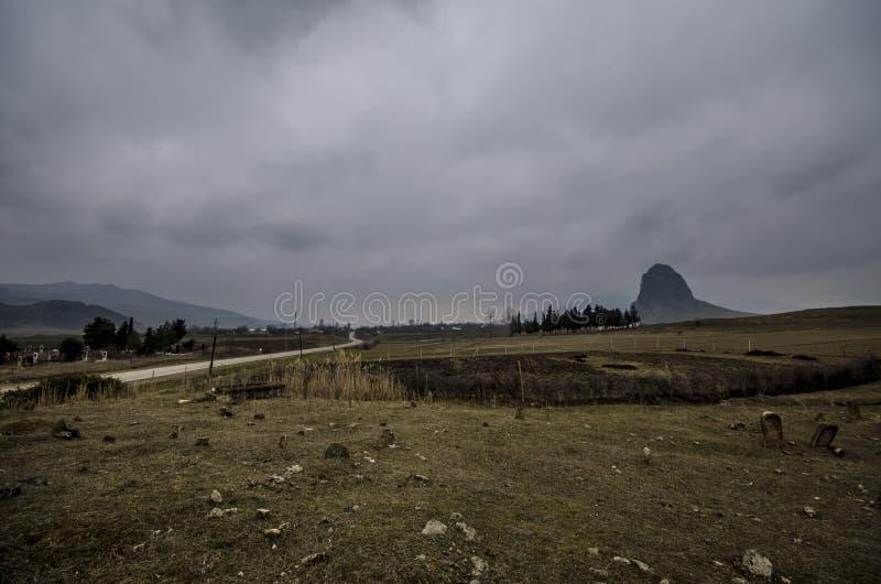 paisagem surpreendente da montanha rochosa de Goyezen e do céu azul Montanhas de Cáucaso grandes Gazakh Azerbaijão imagens de stock