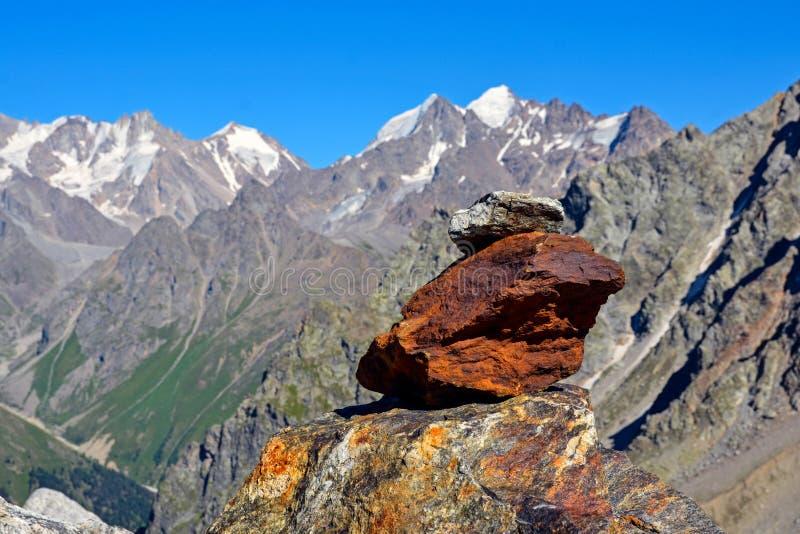 Paisagem surpreendente de montanhas rochosas e do céu azul, Cáucaso, Rússia fotos de stock