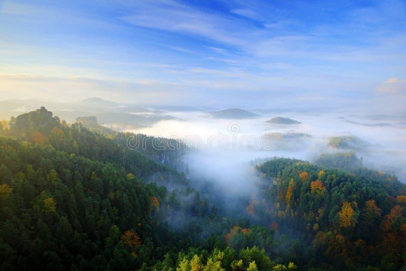 Paisagem típica do outono da manhã de Checo Montes e vilas com céu nevoento Vale da queda da manhã do parque boêmio de Suíça Mont fotografia de stock royalty free