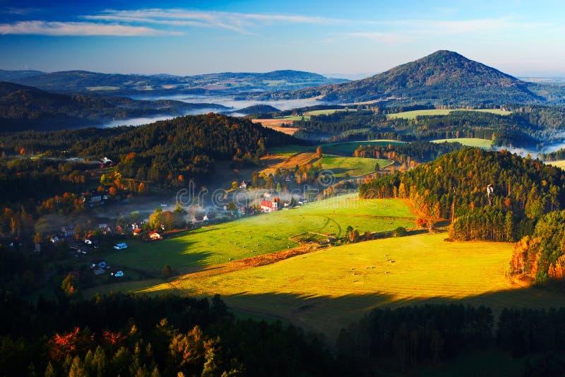 Paisagem típica do outono de Checo Montes e vilas com manhã nevoenta Vale da queda da manhã do parque boêmio de Suíça Sagacidade  fotos de stock royalty free
